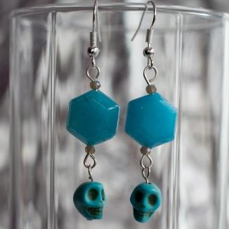 Suanovine earrings with stone skulls